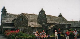 Tintagel. Ze średniowiecznej Old Post Office wysyła się pozdrowienia od króla Artura, Izoldy i Tristana. Fot. K. Konecka