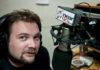 Tomasz Wybranowski w studiu głównym Radia Near fm