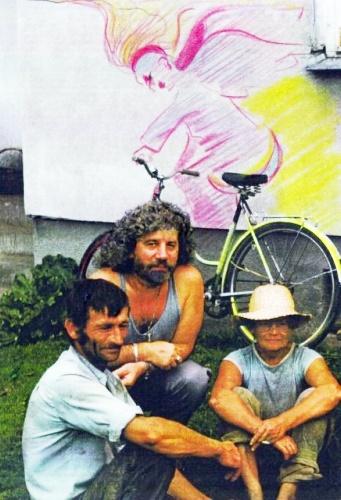 Przed domem Bocianów z Marianną na tle grafitti które namalowalem. Lato 2000 r.