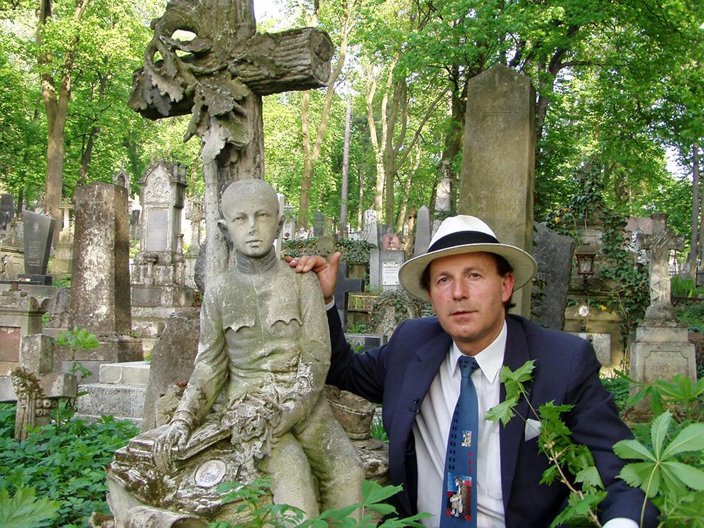 """Na cmentarzu Łyczakowskim przy grobie """"Orlęcia Lwowskiego"""" (foto archiwum rodzinne profesora)"""